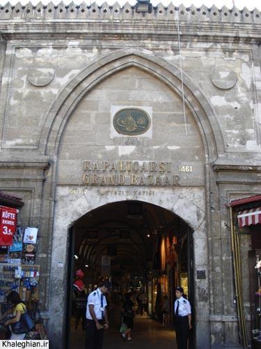 """یکی از ورودی های بازار """"کاپالی چارشی"""" ، بزرگترین و طولانیترین بازار مسقف جهان. همانطور که مشاهده میکنید سال ساخت این بازار ۱۴۶۱ میلادی -۶۰۰ سال قبل- درج شده است!"""