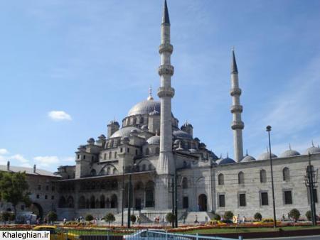 """نمای خارجی مسجد """"ینی"""" ، واقع در ساحل امینونو -فاصله این مسجد تا کرانه دریا کمتر از ۱۰۰ متر است!"""