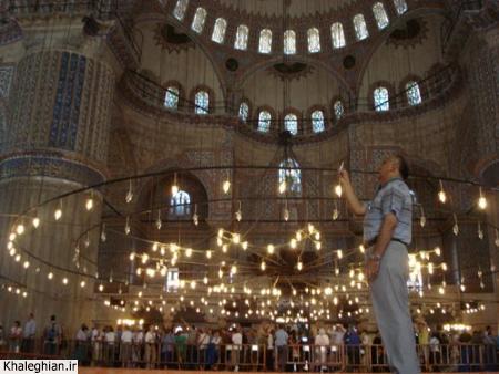 """داخل مسجد سلطان احمد """"آبی"""" ، به ارتفاع دیوارها و ابهت ستونهای داخلی توجه کنید!"""
