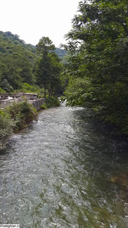 رودخانه تجن جاری از سرریز سد سلیمان تنگه